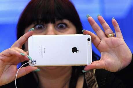 """Ainda na Austrália, mulher reage a com """"espanto"""" ao testar a câmera do iPhone 6 Plus"""