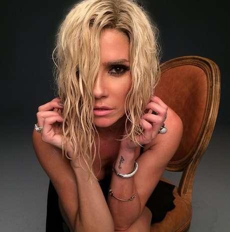 Deborah Secco usa peruca molhada e ondulada para revista Top Magazine