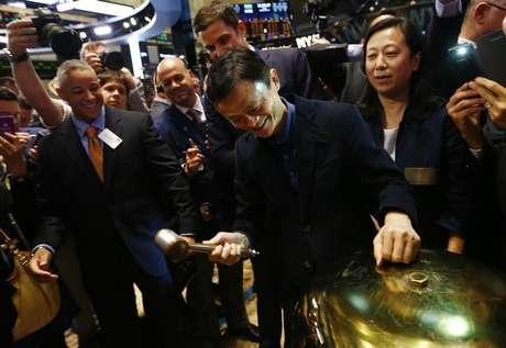 Operadores na bolsa de Nova York na estreia da negociação das ações da empresa chinesa de e-commerce Alibaba.