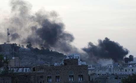 <p>Fumaça sobe de uma área residencial perto da sededa televisão estatal do Iêmen, durante um ataque de rebeldes xiitas,em Sana, em20 de setembro</p>