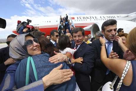 <p>Reféns celebram sua libertação com familiares noaeroporto de Esenboga, Ancara, em 20 de setembro</p>