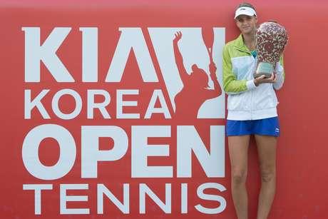 <p>Pliskova posa com a taça do primeiro torneio WTA da carreira em 2014</p>