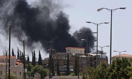 <p>Fumaça sobe de uma área onde rebeldes xiitas lutamcontra as forças do governo em Sanaa, em 21 de setembro</p>