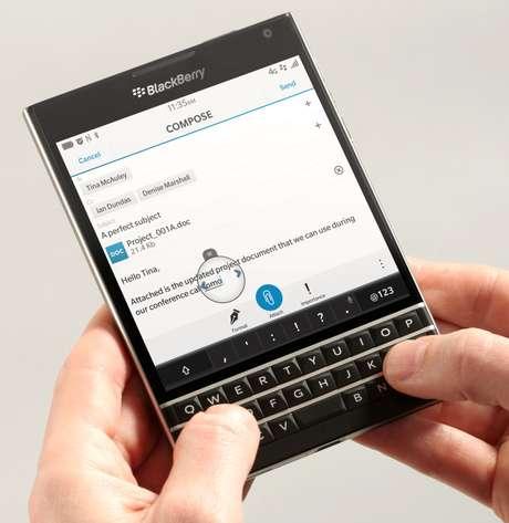 O aparelho aposta no design preto e quadrado com teclado, além de tela touchscreen de 4.5 polegadas com resolução de 1440 x 1440