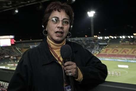 Claudia Helena Hernández, una de las primeras mujeres que hizo periodismo deportivo en Colombia.