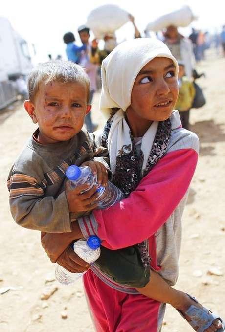 Crianças curdas da Síria refugiadas aguardam na fronteira Turquia-Síria perto da cidade síria de Suruc. 24/09/2014