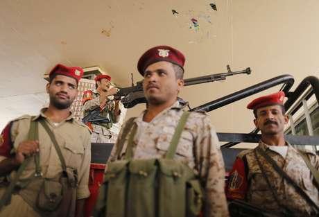 Soldados se posicionam no Iêmen; conflitos já mataram 270 pessoas