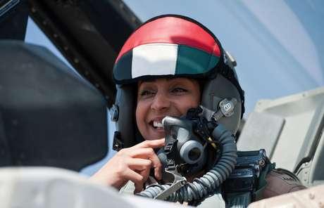 A primeira piloto dos Emirados, a major da Força Aérea, Mariam Al Mansouri, 35 anos, dirige um caça F-16