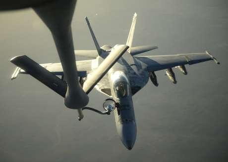 Jato americano recebe combustível em pleno voo durante bombardeios na Síria contra o EI