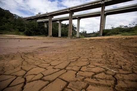 <p>Lago quase seco atrás da represa Nazaré Paulista, parte do Sistema Cantareira, que fornece a maior parte da água da grande São Paulo</p>