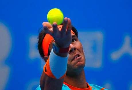 Rafael Nadal saca contra Richard Gasquet em partida do Aberto da China, em Pequim. 30/09/2014