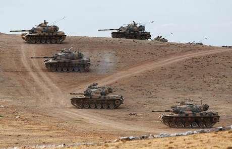 Tanques turcos tomam posição na fronteira Turquia-Síria perto de Suruc. 29/09/2014