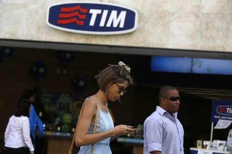 Pessoas passam por loja da TIM no Rio de Janeiro . 20/08/2014