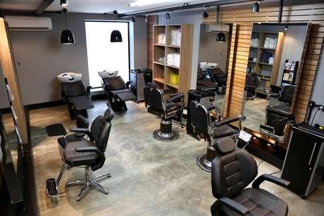 Os negócios que querem investir neste segmento devem criar um ambiente com cara de homem, como o salão Garagem Barba Cabelo & Bem-estar, em São Paulo