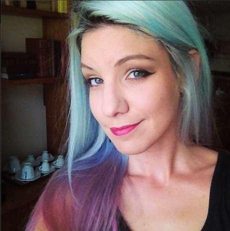Marimoon deixa o platinado e aposta em cabelo colorido