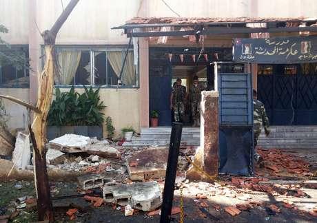 Polícia faz inspeção próximo de área onde dois carros-bombas explodiram nesta quarta-feira