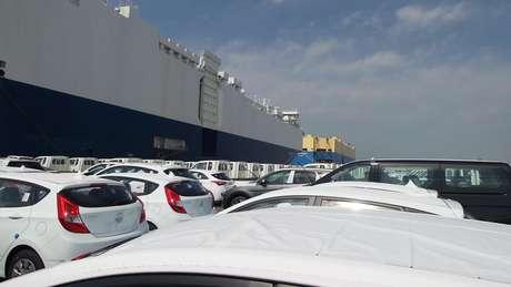<p>Pátio tem 10 mil caros à espera para embarcar</p>