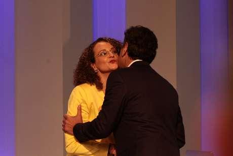 Luciana Genro e Aécio Neves se cumprimentam antes do início do debate