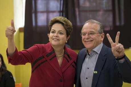 Dilma e Tarso Genro, candidato a reeleição de governador do Rio Grande do Sul, posam juntos após votação neste domingo (5)