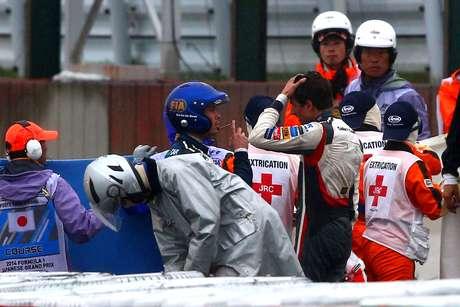 <p>Bianchi é atendido na pista após acidente no GP de Suzuka</p>