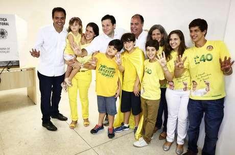 <p>Paulo Henrique Saraiva Câmara posa para foto junto da família de Eduardo Campos após voto</p>
