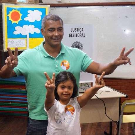 Candidato ao Senado pelo Rio, Romário votou ao lado da filha Ivy