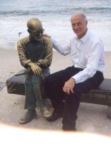 <p>Suplicy postou uma foto no Facebook ao lado do poeta Carlos Drummond de Andrade</p>