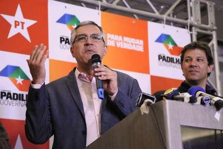 <p>O candidato ao governo de São Paulo, Alexandre Padilha concede entrevista coletiva ao lado do prefeito de São Paulo, Fernando Haddad, após o resultado das eleições em um hotel na Alameda Santos em São Paulo</p>