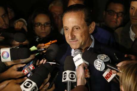 O candidato ao governo do Estado pela Coligação São Paulo Quer o Melhor (PMDB-PROS-PSD-PP-PDT), Paulo Skaf, fala durante coletiva de agradecimento após o encerramento da apuração dos voto