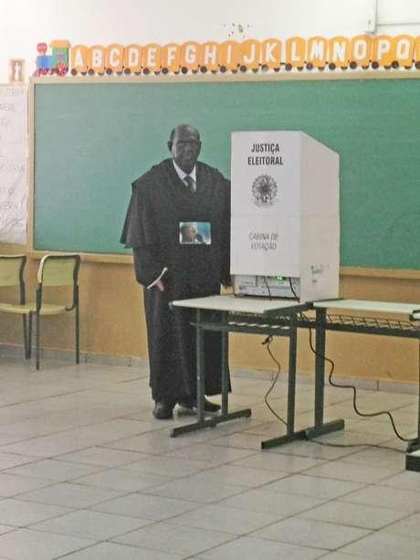 <p>Júlio posa ao lado de urna em Ribeirão Preto, interior de São Paulo</p>