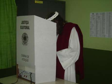 Inri Cristo postou em seu Facebook uma foto na urna, neste domingo