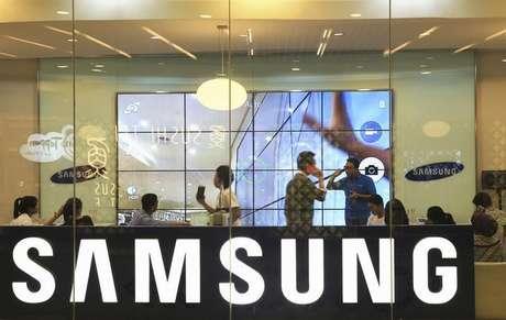 <p>Samsung enfrenta a concorr&ecirc;ncia direta da Apple no mercado de smartphones, mas tamb&eacute;m &eacute; assediada Huawei e Lenovo</p>