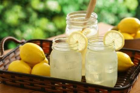 Consumir muitos alimentos ou bebidas ácidas, como água com limão, pode causar a erosão do esmalte dos dentes
