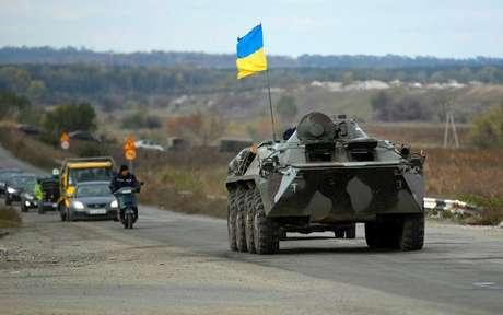 Veículo blindado do Exército ucraniano trafega em estrada perto da cidade de Slaviansk, na Ucrânia. 5/10/2014.
