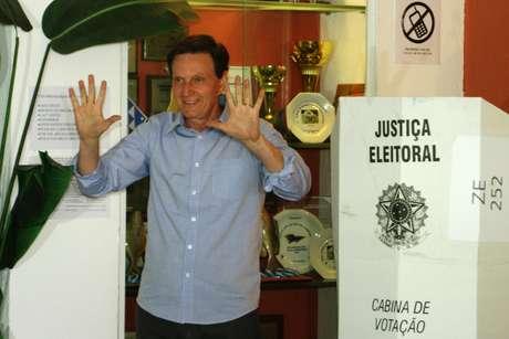 O candidato ao governo do Rio, Marcelo Crivella, votou no Clube Marimbás, junto ao Forte de Copacabana