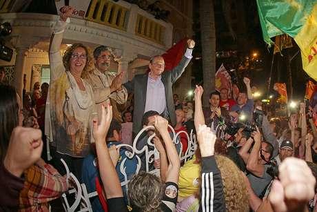 Governador do Rio Grande do Sul que tenta a reeleição pelo PT, Tarso Genro comemora a ida da disputa ao segundo turno