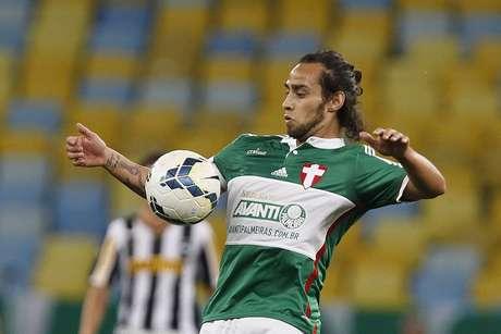 Principal arma do Palmeiras no RJ, Valdívia tenta criar jogada ofensiva no Maracanã