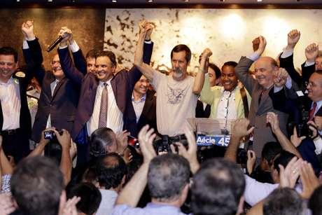 <p>Em reunião ocorrida nesta quarta-feira, o Partido Verde (PV) oficializou apoio no segundo turno à candidatura de Aécio Neves (PSDB) à Presidência da República</p>