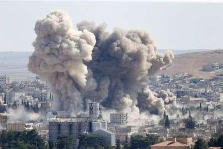 <p>Fuma&ccedil;a vista em Kobane&nbsp;ap&oacute;s ataque a&eacute;reo de coaliz&atilde;o liderada pelos EUA</p>