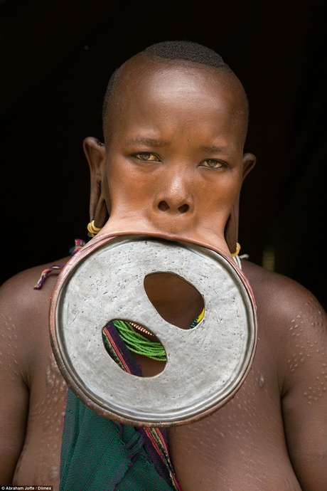 """A jovem segue cultura etíope ancestral e possui uma deformação de 60 cm nos lábios para """"atrair marido"""""""