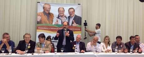 <p>José Ivo Sartori anuncia apoio ao candidato do PSDB à presidênciaduranteatocom partidos de sua coligação e os apoiadores do segundo turno, em um hotel de Porto Alegre</p>