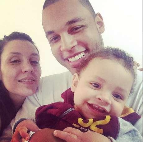 <p>Cantora com o atual marido e o filho caçula</p>