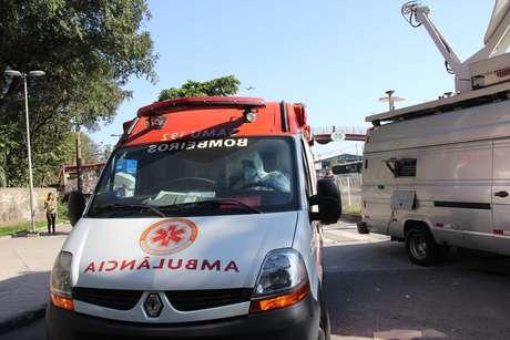 <p>Ambulância com o paciente com suspeita de ebolachega ao Instituto Nacional de Infectologia Evandro Chagas (Fiocruz)</p>