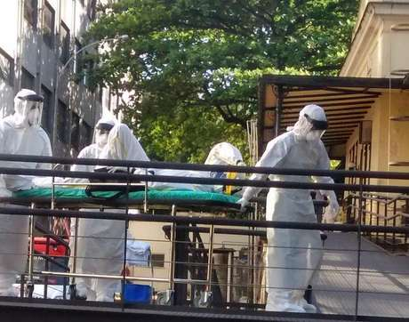 <p>Todo o material usado por ele e pela equipe médicaestá sendo incineradoà medida em que é descartado</p>