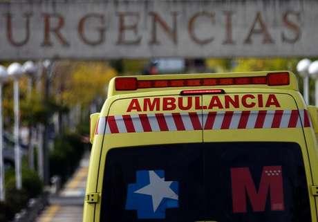 Ambulância ao entrar na emergência do hospital Alcorcon, nos arredores de Madri. 9/10/2014.