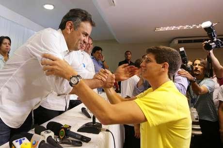 <p>Aécio Neves recebeu o apoio dos filhos de Eduardo Campos. Na foto, João Campos, filho mais velho do político pernambucano cumprimenta o tucano</p>