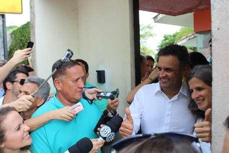 <p>Ap&oacute;s o ato p&uacute;blico, A&eacute;cio seguiu com o prefeito do Recife e com os governadores atual e eleito do Estado para a casa da vi&uacute;va de Campos, Renata</p>