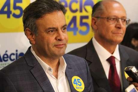 Ao lado do governador reeleito de SP, Geraldo Alckmin, Aécio festejou apoio de Marina