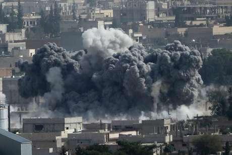 <p>Fumaça na cidade síria de Kobane, vista de perto da travessia de fronteira Turquia-Síria</p>