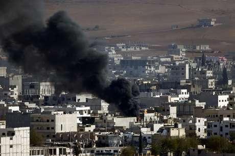 Fumaça é vista na cidade de Kobani, palco de confrontos entre curdos e jihadistas